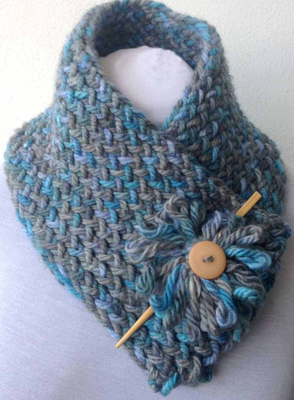 Una bufanda realizada con telar rectangular y con flor hecha con telar circular.