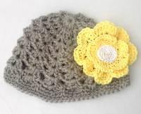 cd9017062 Gorro de crochet para niña. Gorro de ganchillo con una flor muy destacada.