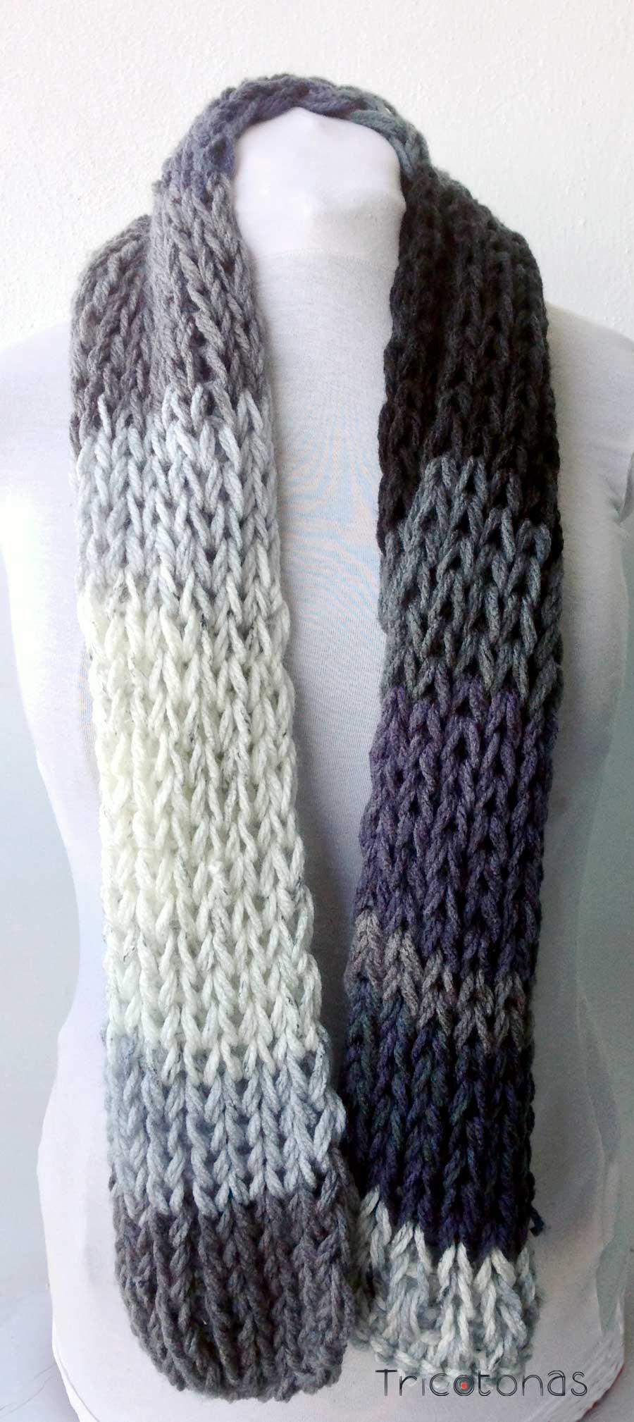 una bufanda larga de colores grises negros y azules