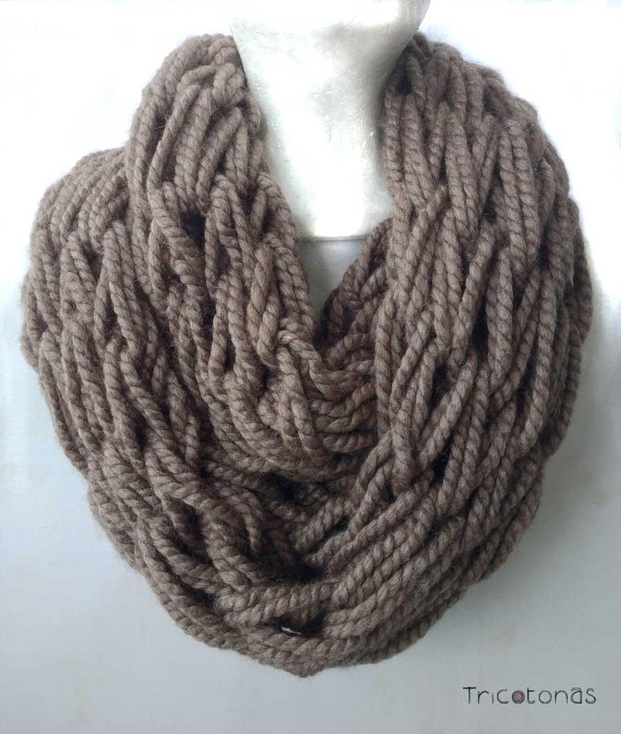 Bufanda cuello lana gruesa. Un cuello de lana gruesa realizado con las manos.