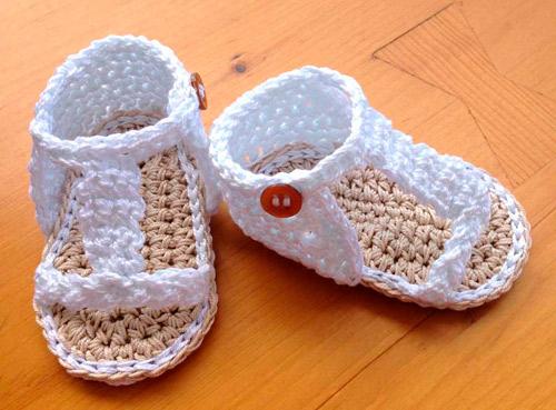 Sandalias con un trenzado crochet Sandalias a ganchillo blancas para bebé .