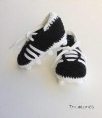 Botitas de ganchillo imitando a las botas de futbol para bebé 01cc0ba8ec9