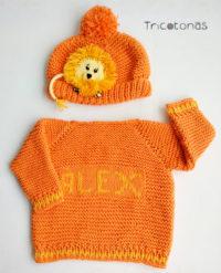 bb96050d255 Un conjunto de color naranja con suéter con el nombre de bebé y el gorro  con un adorno con cara de león todo en algodón ...